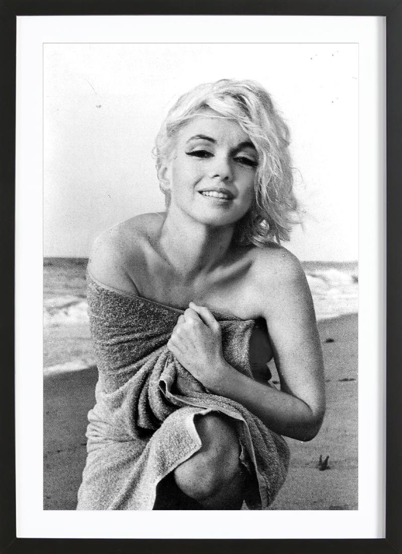 Marilyn Monroe on the sea shore als Poster im Holzrahmen | JUNIQE