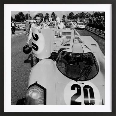 Steve McQueen with Porsche 917 -Bild mit Holzrahmen