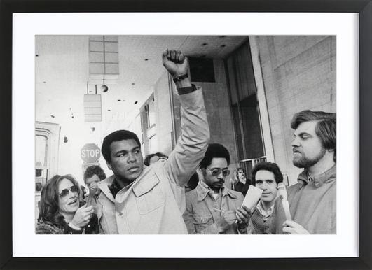 Muhammad Ali raises his Fist - Poster in houten lijst