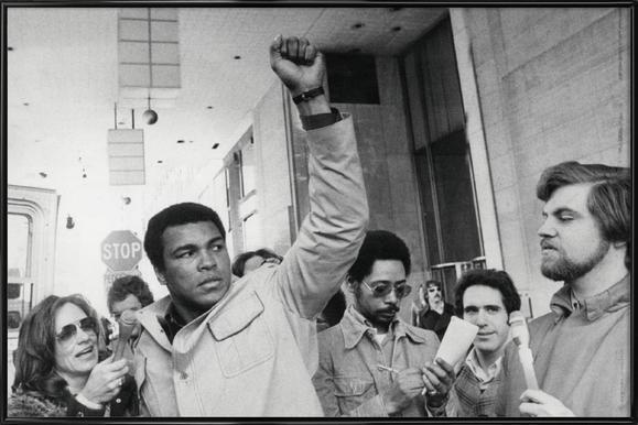 Muhammad Ali raises his Fist -Bild mit Kunststoffrahmen