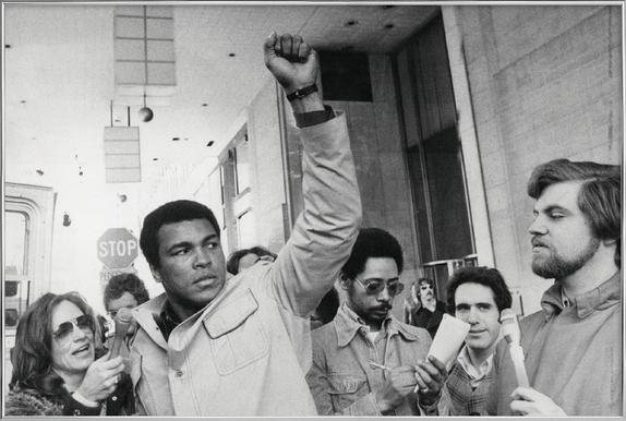 Muhammad Ali raises his Fist Poster in Aluminium Frame