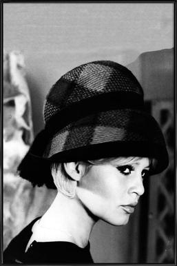 Brigitte Bardot with Hat -Bild mit Kunststoffrahmen