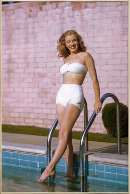 Young Marilyn Monroe Poolside II Poster in Aluminium Frame