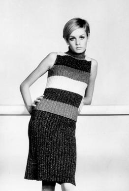 Twiggy in a knitted suit tableau en verre