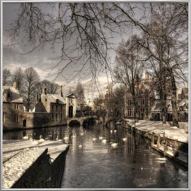 Bruges in Christmas Dress - Yvette Depaepe affiche sous cadre en aluminium