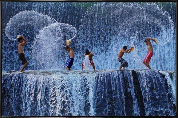 Playing with splash - Angela Muliani Hartojo -Bild mit Kunststoffrahmen