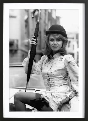 Joanna Lumley as the new 'Avengers' girl affiche sous cadre en bois