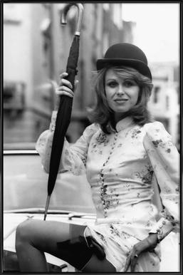 Joanna Lumley as the new 'Avengers' girl affiche encadrée
