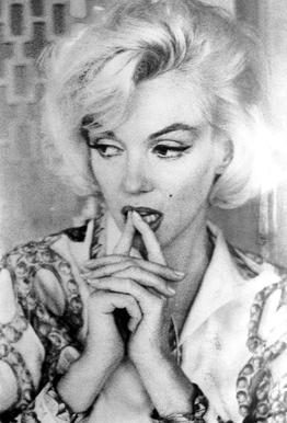 Marilyn Monroe wearing a blouse tableau en verre