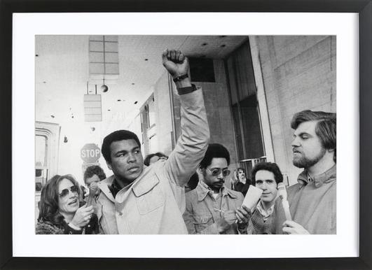 Muhammad Ali raises his Fist affiche sous cadre en bois