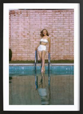 Young Marilyn Monroe Poolside I affiche sous cadre en bois