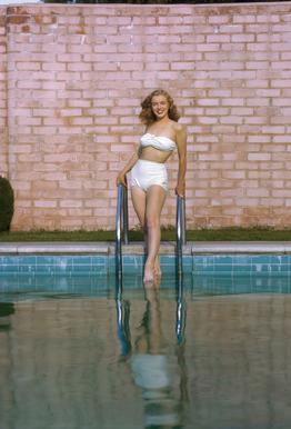 Young Marilyn Monroe Poolside I tableau en verre