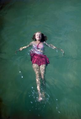 Young Marilyn Monroe in the Sea Impression sur alu-Dibond