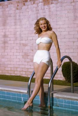 Young Marilyn Monroe Poolside II tableau en verre