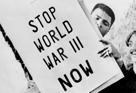 Cassius Clay/Muhammad Ali participates in anti-war demonstration tableau en verre