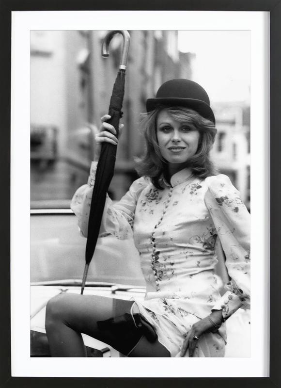 Joanna Lumley as the new 'Avengers' girl -Bild mit Holzrahmen