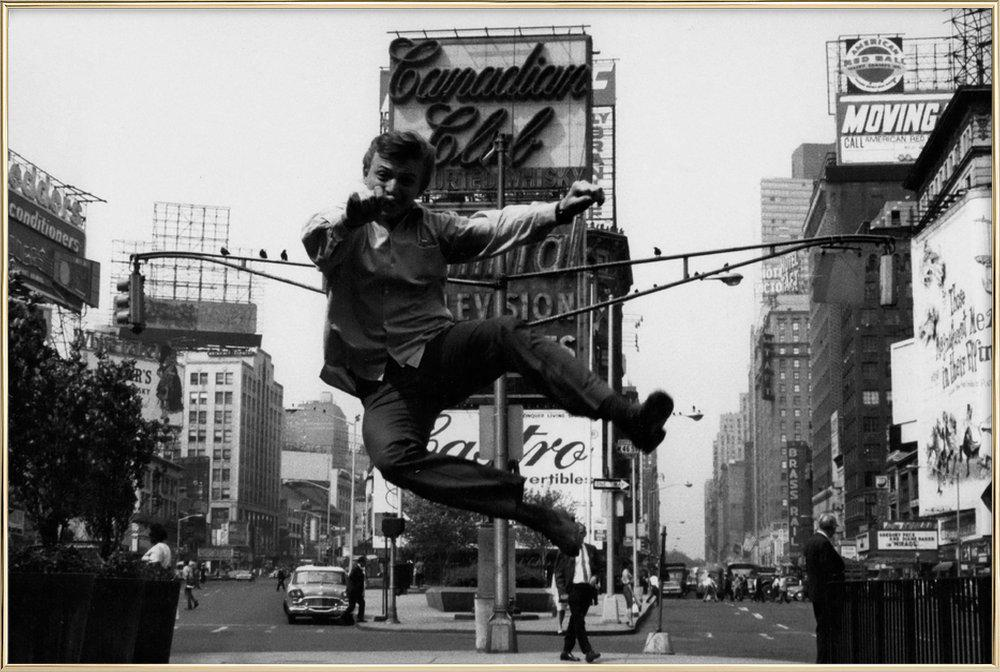 Tommy Steele at Times Square poster in aluminium lijst