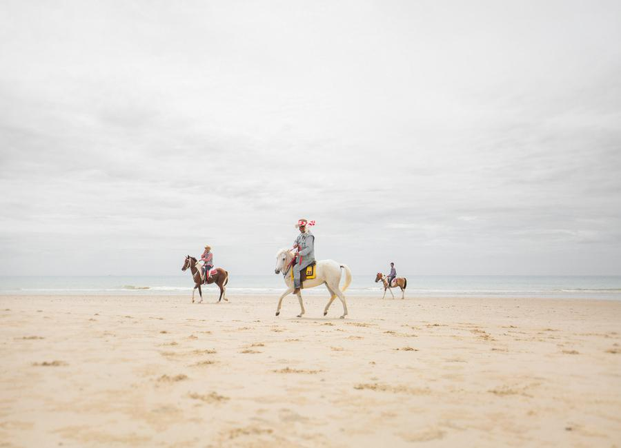 Hua Hin Horses Leinwandbild | Dekoration > Bilder und Rahmen > Bilder | Mehrfarbig | Holz
