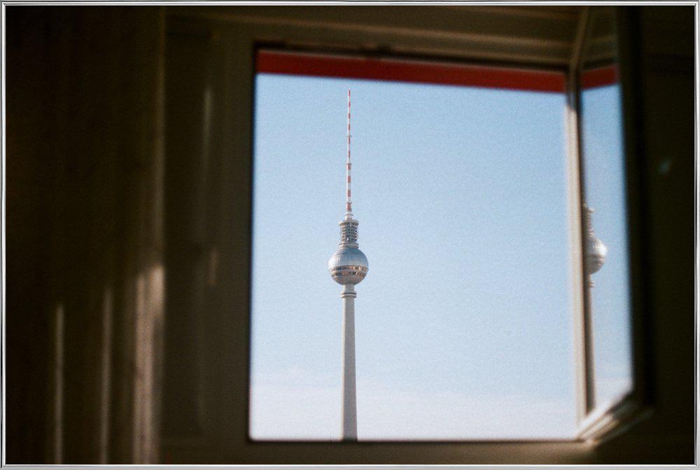Living in Berlin Poster in Aluminium Frame
