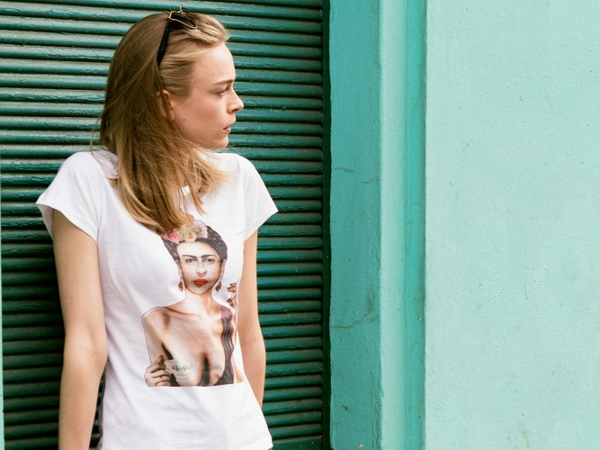 Woman wearing a white T-shirt with a Frida Kahlo print