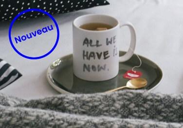Mug à thé Junique all we have is now sur une assiettte