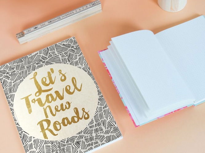 Bloc-notes avec let's travel new roads sur la couverture