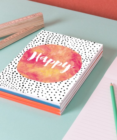 Empilement de bloc-notes avec motif happy sur la couverture