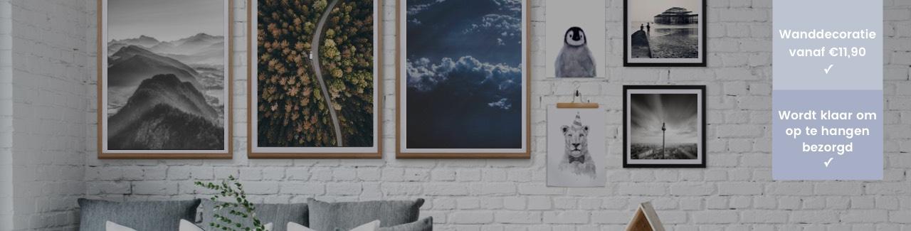 Ingelijste posters van JUNIQE tegen een witte muur
