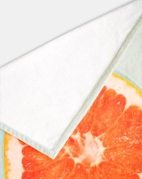 Le côté arrière est en tissu éponge blanc.