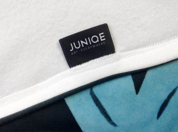 Mit gewebtem JUNIQE-Label.