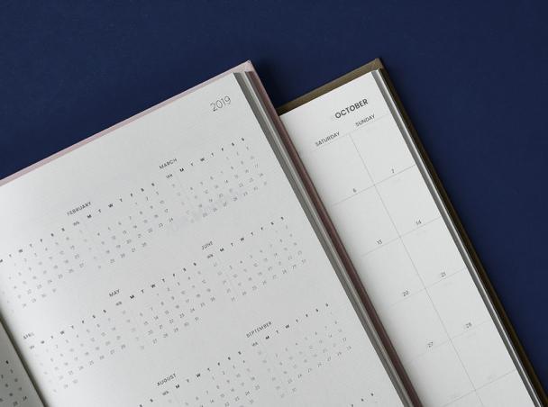 Enthält Wochen-, Monats- und Jahreskalender.