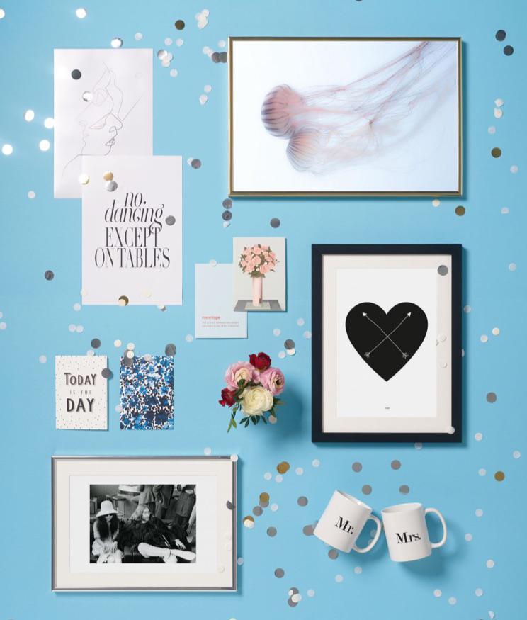 Sélection de cadeaux de mariage et posters encadrés vus du dessus