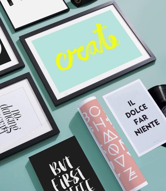 Wanddecoratie en schrijfwaren met typografie prints