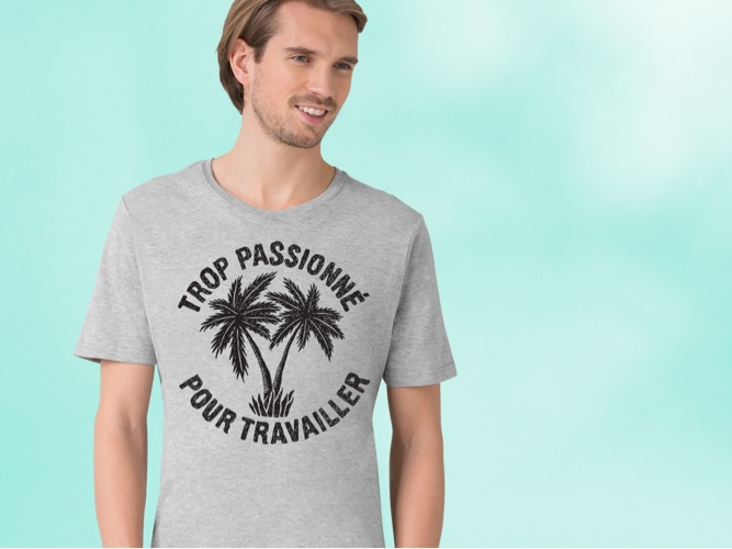 man wearing grey t-shirt reading 'Trop passionné pour travailler' with palm tree design